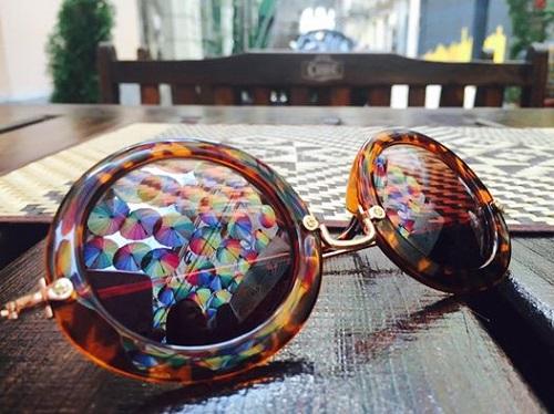 Când porți ochelari (de soare), vezi dublu frumusețea lumii. :)