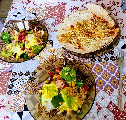 salată cu ton și lipii cu brânză și condimente