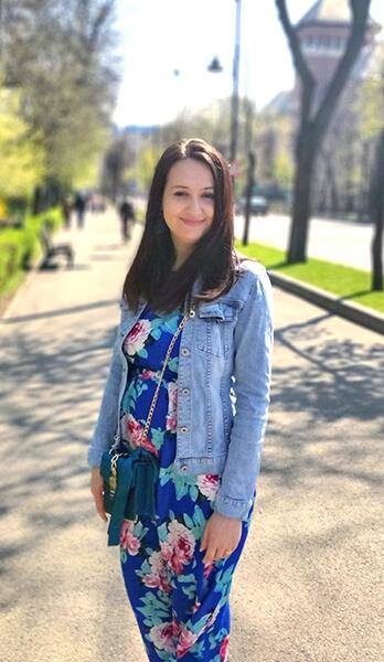 rochie maxi cu imprimeu floral și jachetă de blugi